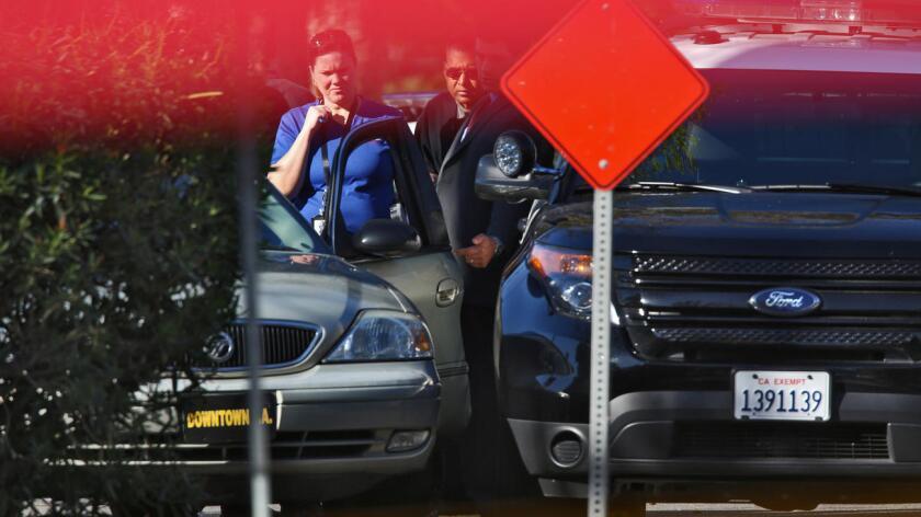 Detectives investigan el asesinato de Sergio Navas, de 35 años, y quien fue asesinado por un oficial del Departamento de Policía de L.A. Foto de Irfan Khan / Los Angeles Times