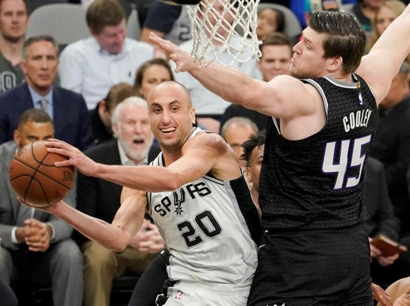 El jugador Manu Ginobili (i) de San Antonio Spurs en acción ante Jack Cooley (d) de Sacramento Kings durante un partido de baloncesto de la NBA que se disputa hoy, lunes 9 de abril de 2018, en San Antonio, Texas (EE.UU.). EFE
