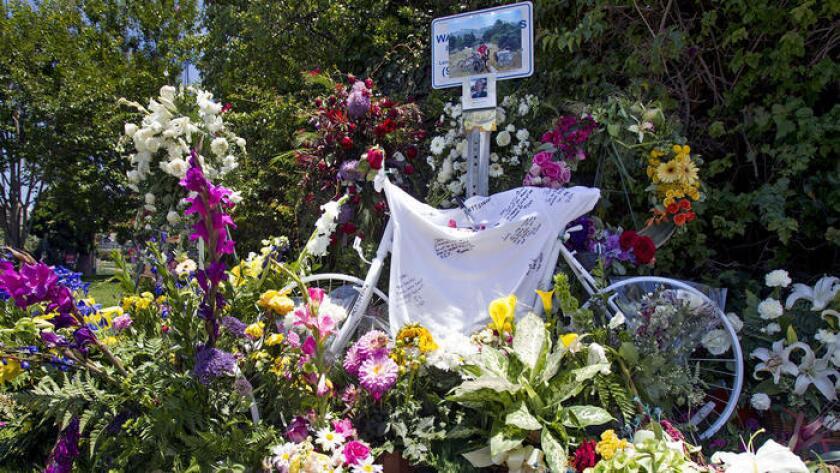 El homenaje para John Colvin, de 55 años de edad y residente de Laguna Beach, quien murió luego de ser atropellado por un automóvil mientras iba en su bicicleta por la North Coast Highway, en 2014.