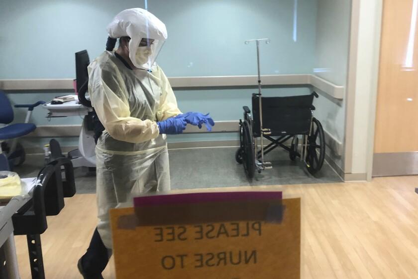La  doctora Ruba Nicola se prepara para atender pacientes en el hospital UPMC East de Monroeville