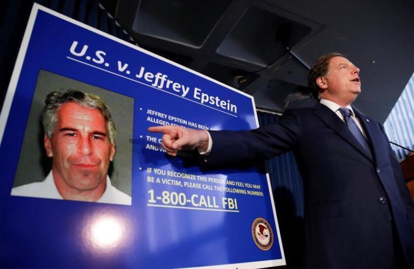 El fiscal federal de los Estados Unidos para el Distrito Sur de Nueva York, Geoffrey Berman, habla durante una conferencia de prensa sobre el arresto del financiero estadounidense Jeffrey Epstein, en Nueva York (EE. UU.). Según informes, Epstein fue detenido por cargos de tráfico sexual y conspiración, y ha sido acusado formalmente de dos cargos de tráfico sexual. EFE/ Jason Szenes/Archivo USA NEW YORK JEFFREY EPSTEIN:JSX05. New York (United States), 08/07/2019.- United States Attorney for the Southern District of New York Geoffrey Berman speaks during a news conference about the arrest of American financier Jeffrey Epstein in New York, USA, 08 July 2019. According to reports, US financier Jeffrey Epstein who was arrested on 08 July 2019 on sex trafficking and conspiracy charges