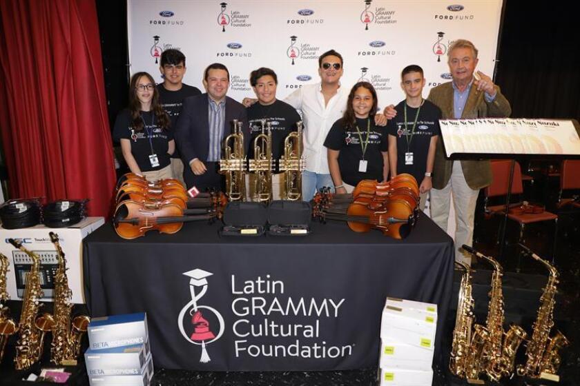 Dangond entrega instrumentos valorados en 20.000 dólares a escuela de Florida