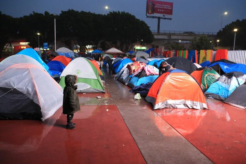 Fotografía cedida este lunes por Colef (Colegio de la Frontera Norte) donde aparece un campamento de refugiados del Chaparral