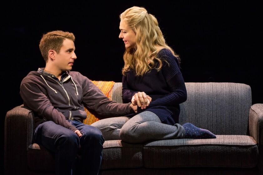 Ben Platt y Rachel Bay Jones de Broadway se sientan en un sofá y conversan animadamente.