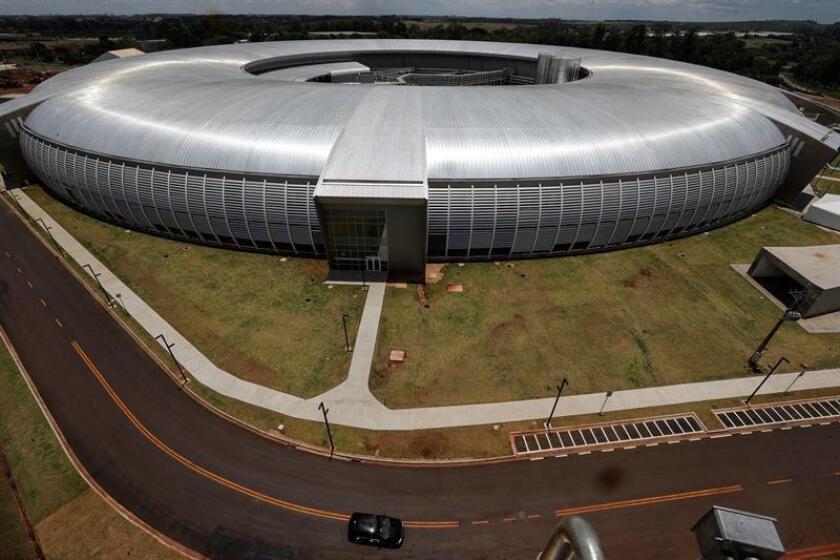Vista general del complejo del acelerador de electrones Sirius en Campinas (Brasil). El proyecto Sirius será compuesto por tres aceleradores de electrones de cuarta generación, que generan una luz de altísimo brillo -conocida como sincrotrón- y que es capaz de revelar las estructuras de materiales como proteínas, virus, rocas, plantas y ligas metálicas, en acciones similares a las radiaciones de rayos X, pero en altísima resolución. EFE