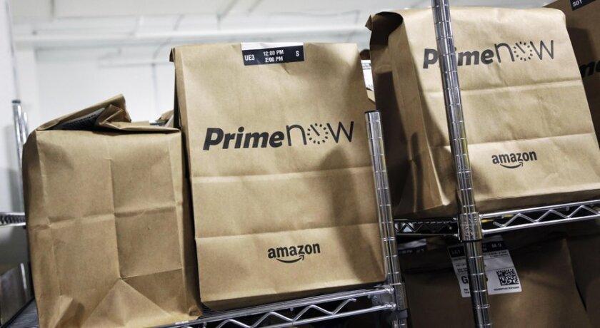 Bolsas de productos esperan para ser distribuidas a clientes de Amazon que han usado la aplicación Prime Now para sus compras ese mismo día.
