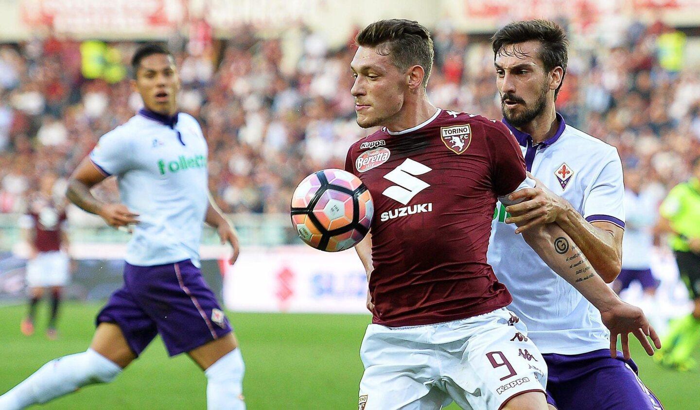 Andrea Belotti (c) del Torino escapa a la marca de Davide Astori (d) y Carlos Salcedo (i) de la Fiorentina, en el Estadio Olimpico de Turin, Italia.