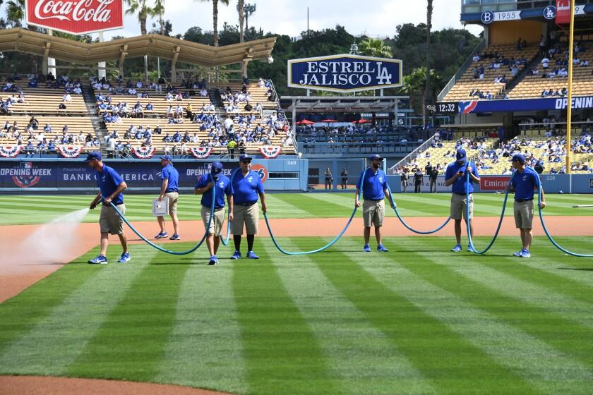 Dodgers Platzwart arbeiten am Eröffnungstag 2019.