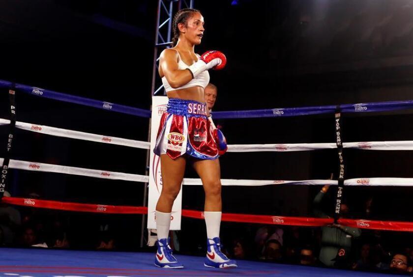 La puertorriqueña Amanda Serrano celebra su victoria luego de ganar por nocaut técnico en el tercer asalto, contra la húngara Edina 'DNA' Kiss. EFE/Archivo