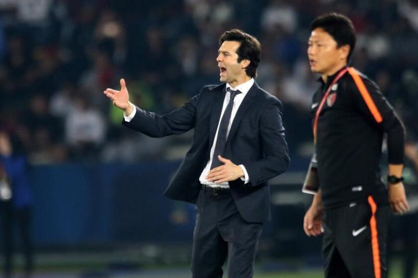 El entrenador del Real Madrid, el argentino Santiago Solari, reacciona durante la semifinal del Mundial de Clubes disputada entre el Kashima Antlers japonés y el Real Madrid en el Zayed Sports City Stadium de Abu Dabi (Emiratos Árabes Unidos). EFE