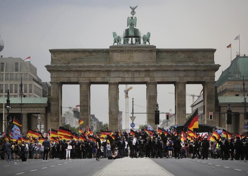 Acto de la Alternativa para Alemania, la agrupación de extrema derecha más grande de este país, del 27 de mayo del 2018 frente a la Puerta de Brandenburgo en Berlín. (AP Photo/Markus Schreiber, File)