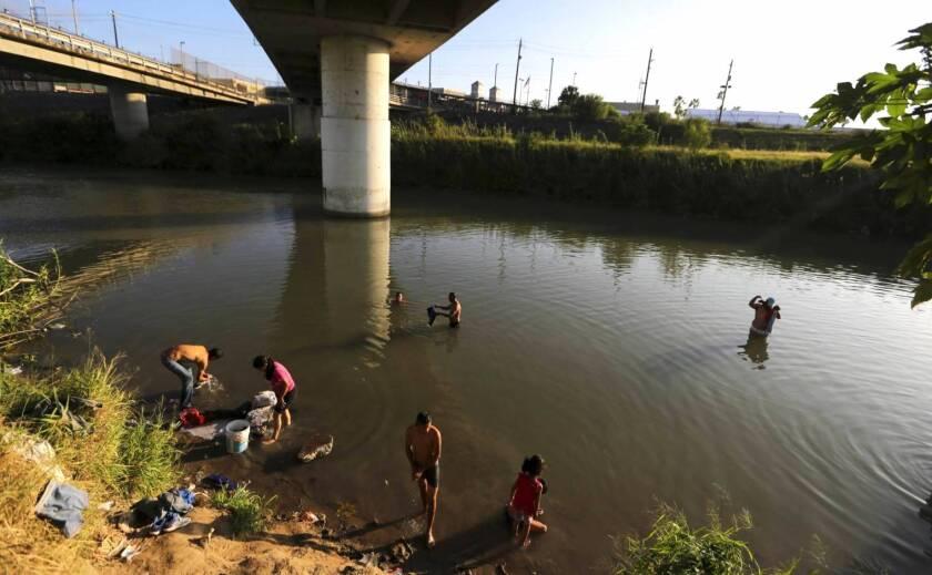Migrantes lavan su ropa en el Río Bravo en Matamoros, México, en la frontera con Brownsville, Texas. Según la Comisión Nacional de Derechos Humanos, a lo largo de seis meses durante 2009 cerca de 10,000 migrantes fueron secuestrados mientras cruzaban por México.