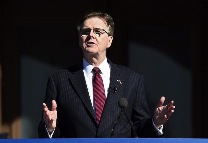 El vicegobernador de Texas, el republicano Dan Patrick, presentó hoy un proyecto de ley que, en caso de aprobarse, obligará a los transexuales a usar en este estado los baños públicos que correspondan al sexo de su partida de nacimiento, no a su identidad de género. EFE/ARCHIVO