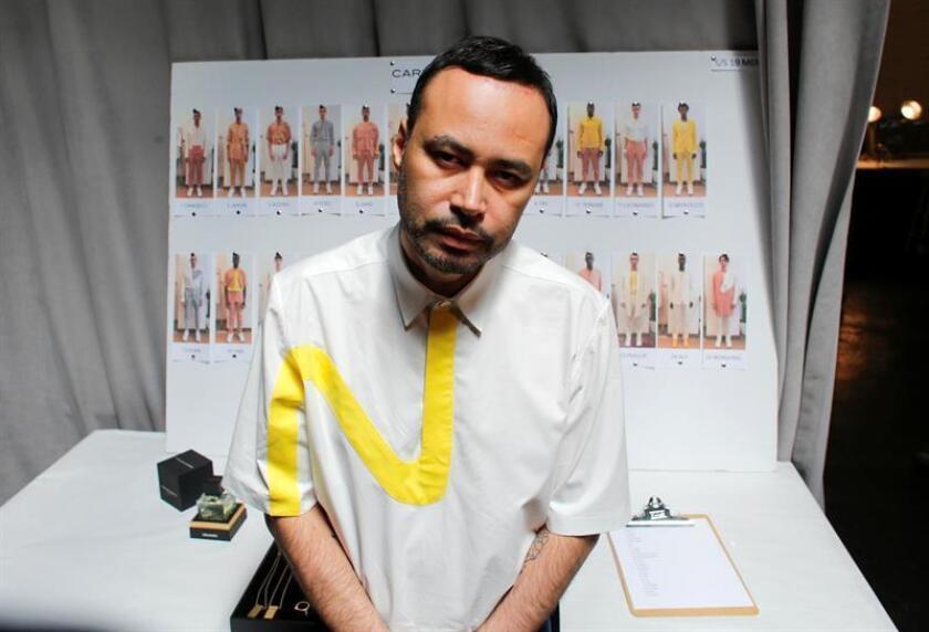 El diseñador hondureño Carlos Campos posa para Efe al final del desfile de la nueva colección primavera-verano hoy, lunes 9 de julio de 2018, al inicio de la Semana de la Moda para Hombres, en Nueva York (EE.UU.). EFE