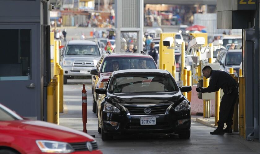 Automóviles ingresan a Estados Unidos desde México en el puerto de entrada de San Ysidro.