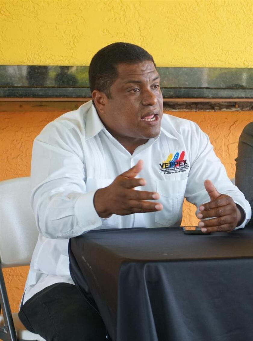 El presidente de la organización Venezolanos Perseguidos Políticos en el Exilio (Veppex), José Antonio Colina, habla durante una rueda de prensa. EFE/Archivo