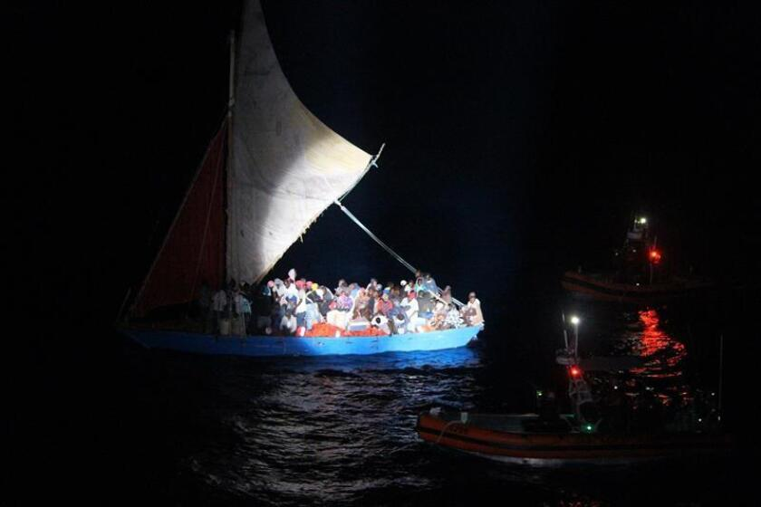 Fotografía del 7 de abril de 2018, cedida de dos pequeños botes (d) de la Guardia Costera estadounidense mientras interceptan a una embarcación de vela de 70 pies (21 metros) de eslora sobrecargada con más de medio centenar de inmigrantes haitianos, a unas 20 millas (32 kilómetros) de la costa noreste de Cuba. La Guardia Costera de EE.UU. repatrió este martes a medio centenar de inmigrantes haitianos, de un total de 127 que navegaban por el noreste de Cuba en una precaria embarcación sobrecargada, informó hoy esta institución. EFE/Jonathan. M. Lally/Guardia Costera EE.UU./SOLO USO EDITORIAL/NO VENTAS