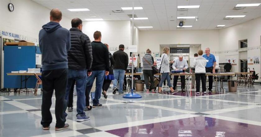 Varias personas hacen cola para votar en el Riley Elementary School de Arlington Heights, Illinois, (Estados Unidos), hoy, 6 de noviembre de 2018. EFE
