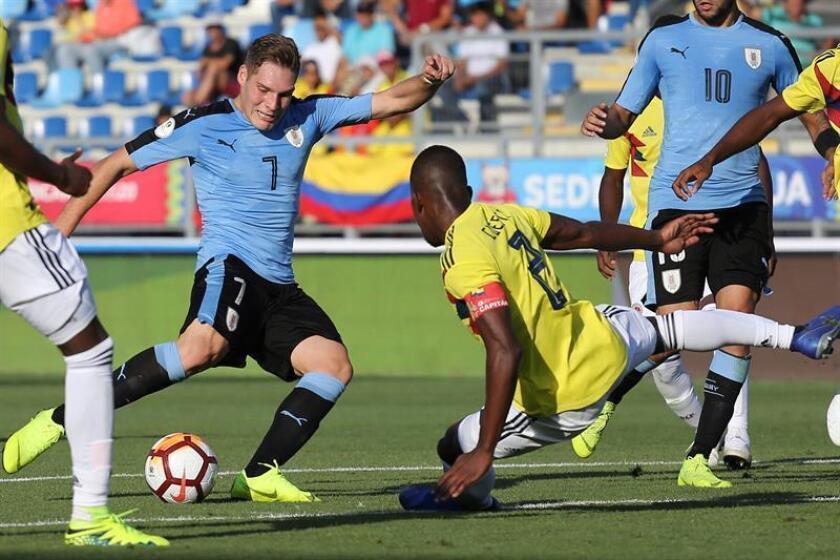 Emiliano Gómez (i) de Uruguay disputa el balón con Carlos Cuesta (d) de Colombia durante un partido del campeonato Sudamericano sub'20 disputado este domingo en el estadio El Teniente en Rancagua (Chile). EFE