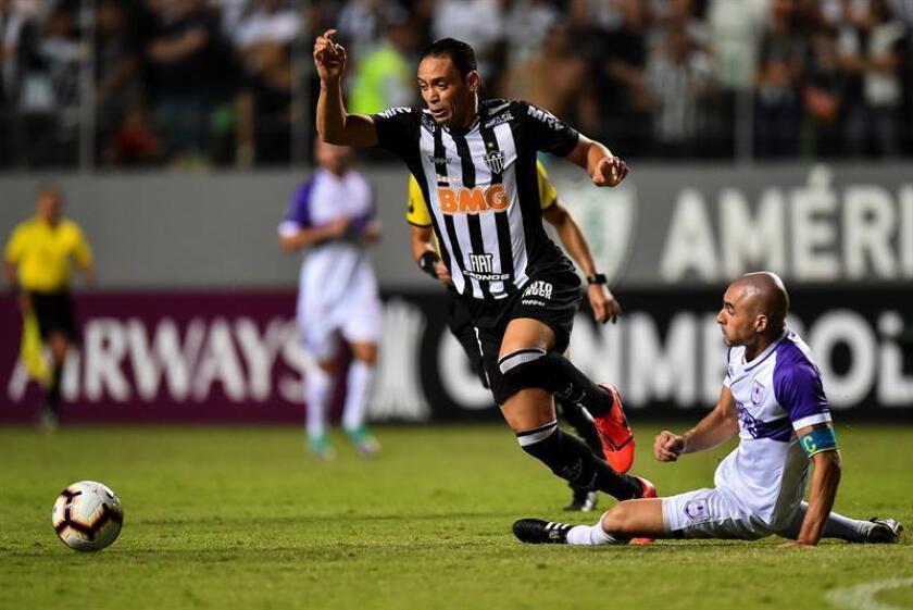 El jugador Ricardo Oliveira del Atlético Mineiro (i) disputa el balón con Nicolás Correa de Defensor Sporting (d), el pasado miércoles, en un partido de clasificación para la fase de grupos de la Copa Libertadores de 2019, en el estadio Raimundo Sampaio de Belo Horizonte (Brasil). EFE