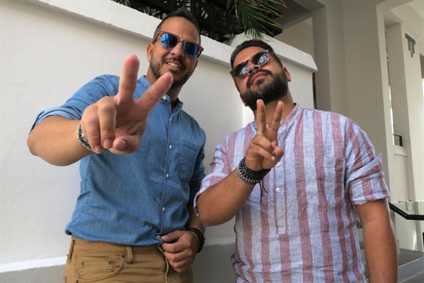 Las voces principales del grupo puertorriqueño de salsa NG2, Norberto Vélez (i) y Gerardo Rivas (d), posan para Efe durante una entrevista hoy, martes 12 de junio de 2018, en San Juan (Puerto Rico). EFE