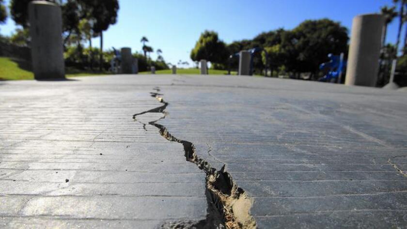 Una grieta larga divide la acera en el parque Discovery Well Park en Huntington Beach, el cual está localizado sobre la falla Newport-Inglewood.