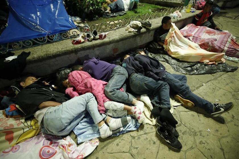 Migrantes hondureños descansan en su campamento en el jardín Hidalgo de Tapachula, en el estado de Chiapas (México) hoy, lunes 22 de octubre de 2018. EFE