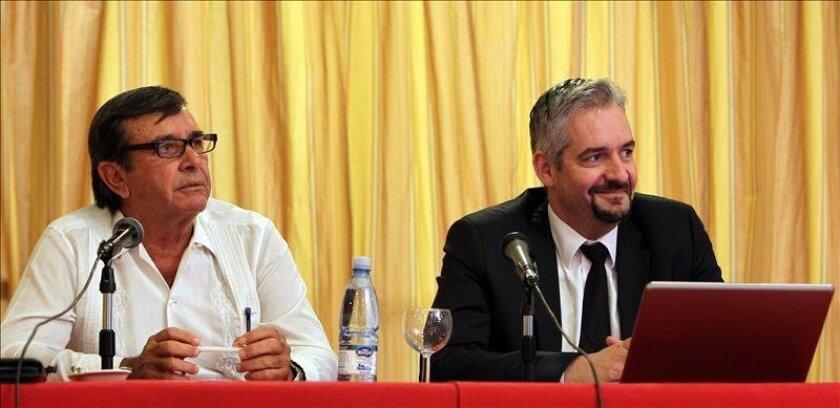 El director general de la Serie Mundial de Boxeo, Karim Bouzidi (d), ofrece una rueda de prensa acompañado por el presidente de la Federación Cubana de Boxeo, Alberto Puig (i), en La Habana (Cuba). EFE