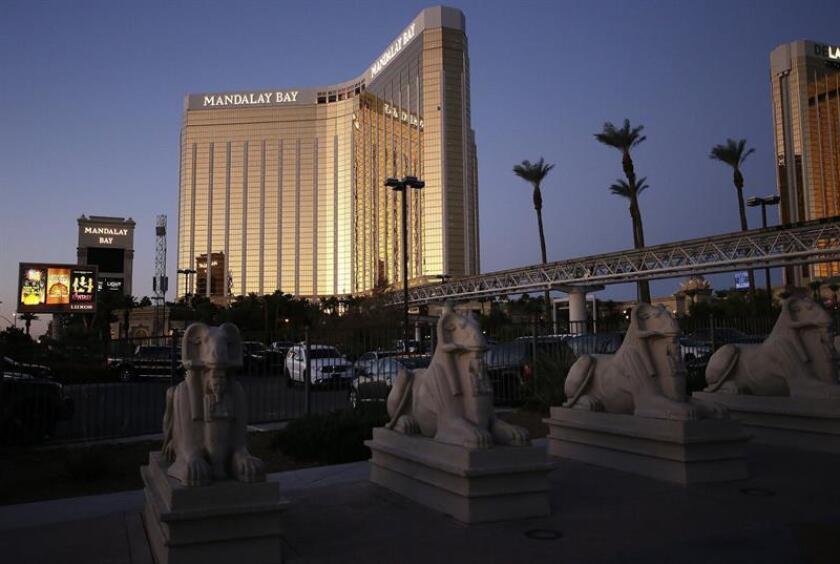 La instalación de 800 postes de acero para proteger de atentados toda la calzada peatonal de El Strip de Las Vegas comenzó hoy, dando inicio a una primera fase de un proyecto mucho más amplio. Vista del la fachada del hotel Mandalay Bay donde el pasado 2 de octubre de 2017 se produjo un tiroteo indiscriminado en Las Vegas. EFE/ARCHIVO