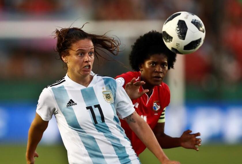 Florencia Bonsegundo (i) de Argentina disputa un balón durante un partido. EFE/Archivo