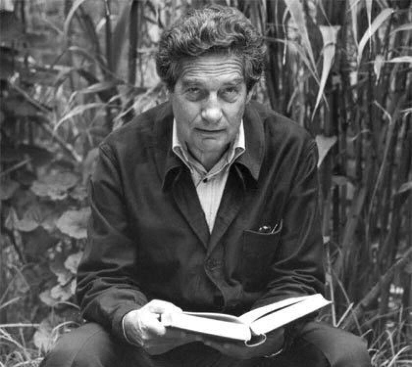 """Su paso por la India o el Madrid de la Guerra Civil y su relación con Luis Buñuel son algunos de los pasajes de """"El laberinto de Octavio Paz"""", un documental auspiciado por el Instituto Cervantes y con el que su director, Jose María Martínez, invita a """"leerle""""."""