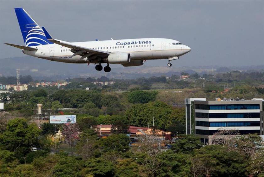 Fotografía donde se ve aterrizando un avión de la aerolínea Copa. EFE/Archivo