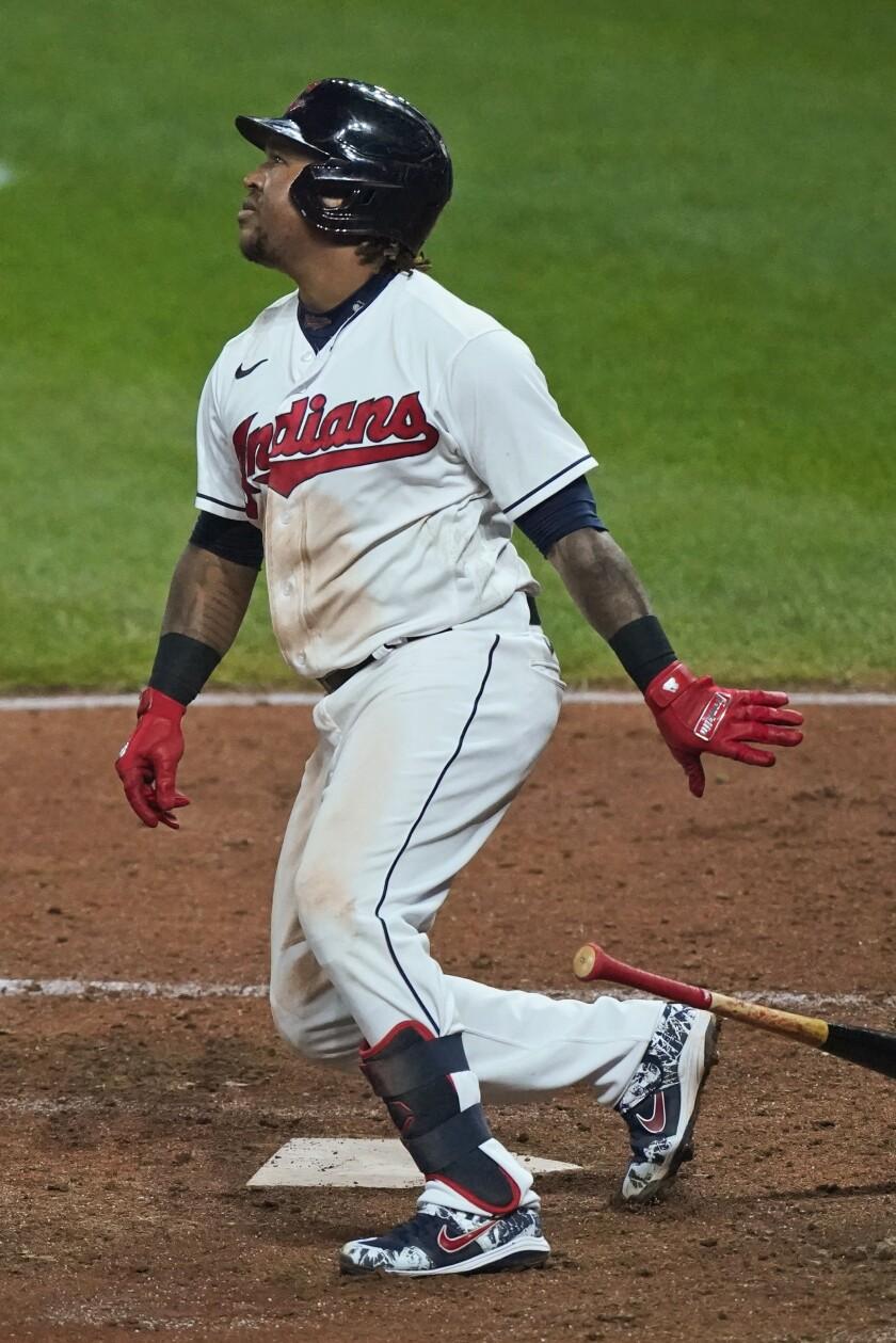 El dominicano José Ramírez, de los Indios de Cleveland, batea un doble de dos carreras en el encuentro del jueves 24 de septiembre de 2020, ante los Medias Blancas de Chicago (AP Foto/Tony Dejak)