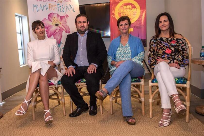 """Desde la izquierda, la actriz estadounidense de origen dominicano, Jackie Cruz; el productor, Ilan Arboleda; la realizadora, Maria Giese, y la productora Kerianne Flynn, posan durante una conferencia de prensa para presentar el documental """"This Changes Everything"""" este viernes en Miami Beach, Florida (EEUU). EFE"""
