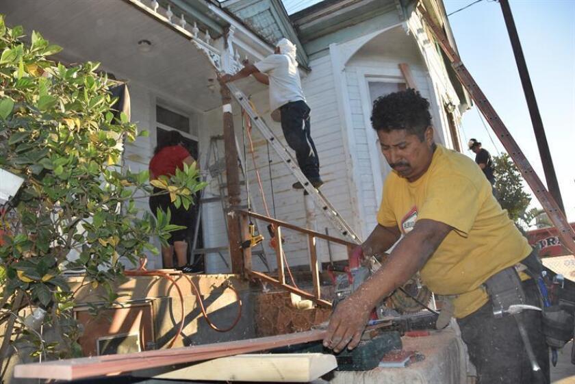 Un inmigrante restaura su casa en Los Ángeles (Estados Unidos). EFE/Archivo