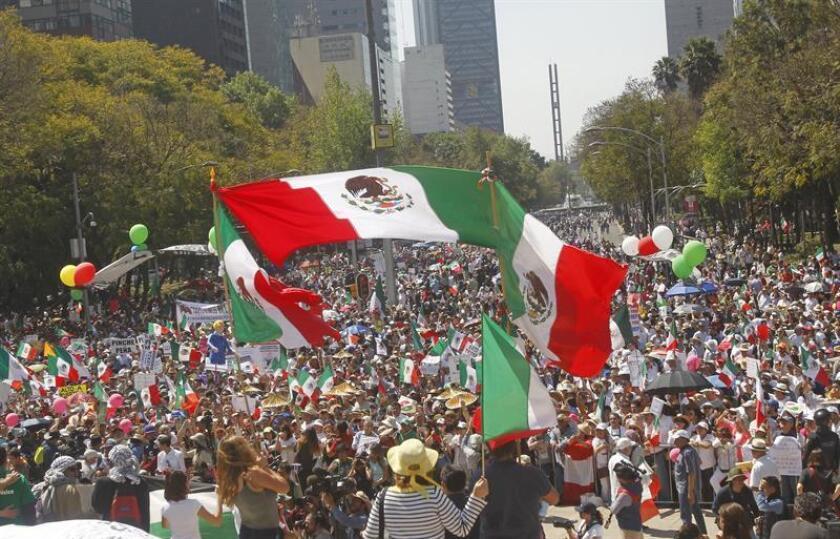 """Las marchas contra Donald Trump, que el domingo reunieron a decenas de miles de personas en varias ciudades mexicanas dejan patente """"el agravio"""" que representan para el país las políticas del presidente de EE.UU., afirmó hoy el secretario de Relaciones Exteriores mexicano, Luis Videgaray. EFE"""