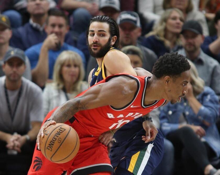 El jugador de Utah Jazz Ricky Rubio (atrás) disputa el balón con DeMar DeRozan (frente) de Toronto Raptors durante un partido de la NBA hoy, viernes 3 de noviembre de 2017, en el Energy Solutions Arena de la ciudad de Salt Lake City, en Utah (EE.UU.). EFE
