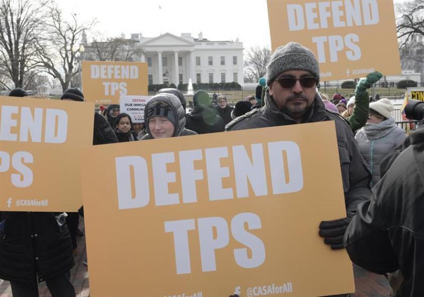 Activistas pro inmigración, líderes comunitarios e inmigrantes protestan frente a la Casa Blanca, en Washington (Estados Unidos), contra la cancelación del estatus de protección temporal (TPS) a los salvadoreños. EFE