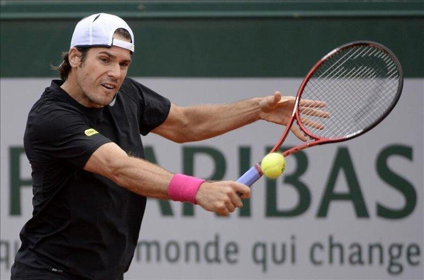 El tenista alemán Tommy Haas golpea la bola durante su partido de la cuarta ronda del Roland Garrós disputado hoy frente al ruso Mikhail Youzhny, en París, Francia. EFE