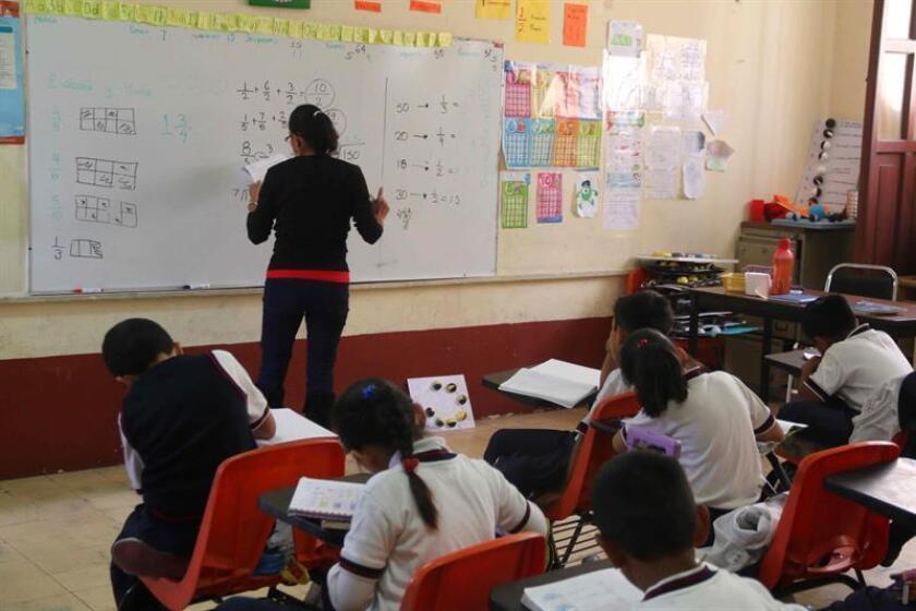 El 98,2 % de las escuelas públicas de educación básica de México operan con normalidad, mientras las autoridades reciben reportes de los maestros que suspendieron sus labores, informó hoy la Secretaría de Educación Pública (SEP). EFE/Archivo
