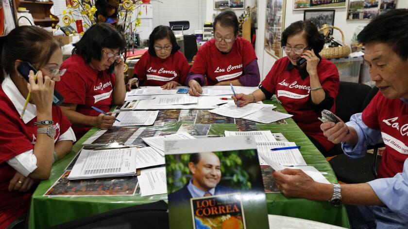 Voluntarios estadounidenses vietnamitas en Garden Grove organizaron un centro de llamadas telefónicas a votantes en el condado de Orange, para apoyar el ingreso de su candidato al Congreso, el demócrata Lou Correa.