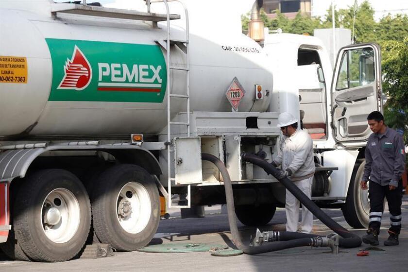Trabajadores de Pemex surten combustible en una gasolinera de la ciudad de Guadalajara, estado de Jalisco (México). EFE/Archivo
