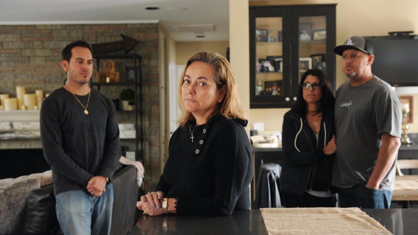 Cristina Werntz (al centro), con sus hijos Weston (izq.) y Jason (der.) y su nuera, Jeana, en su casa de Burbank, el lunes 11 de enero de 2016 (Christina House / Los Angeles Times).