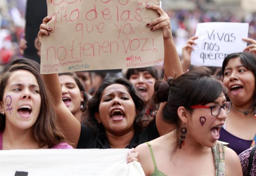 Vista de varias mujeres manifestantes que gritan consignas. EFE/Archivo