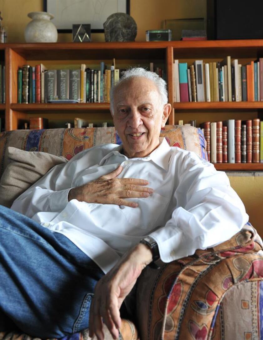 Fotografía de archivo del 12 de marzo de 2012, del escritor mexicano Sergio Pitol, en su casa de la ciudad de Xalapa, en el estado de Veracruz (México). EFE/Archivo
