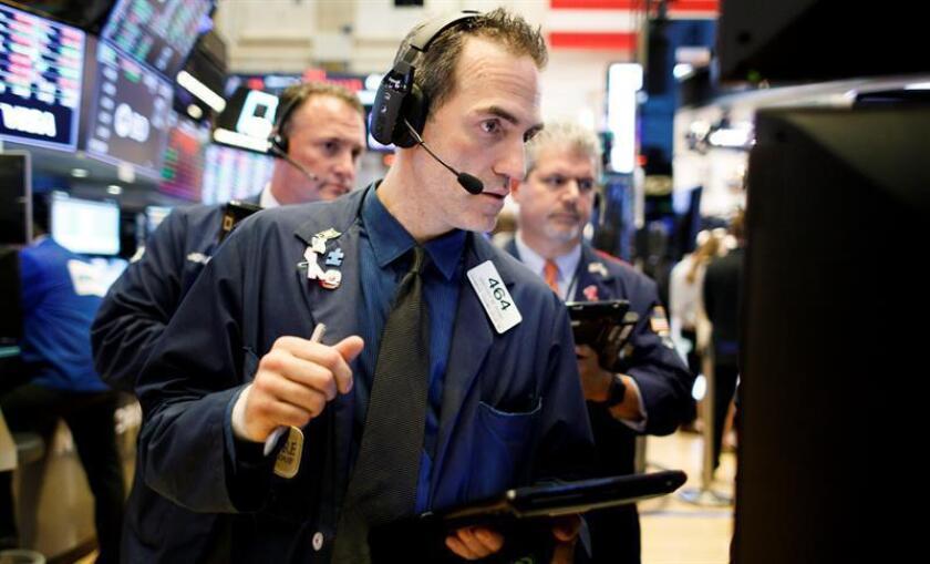 Corredores trabajan en la Bolsa de Valores de Nueva York (Estados Unidos). EFE/Archivo
