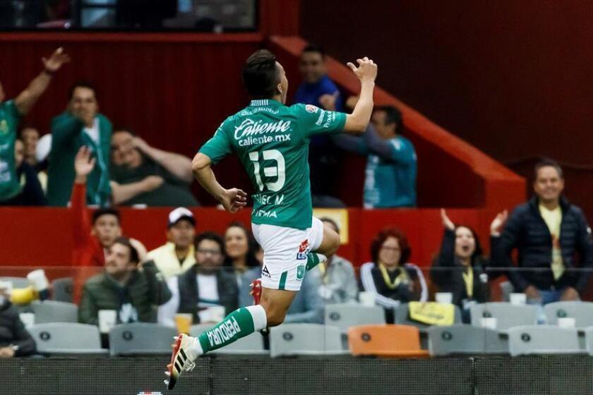 El jugador de León Ángel Mena celebra una anotación el sábado 9 de febrero durante un partido de la jornada seis del Torneo Clausura 2019 realizado en el Estadio Azteca en Ciudad de México. EFE/Archivo