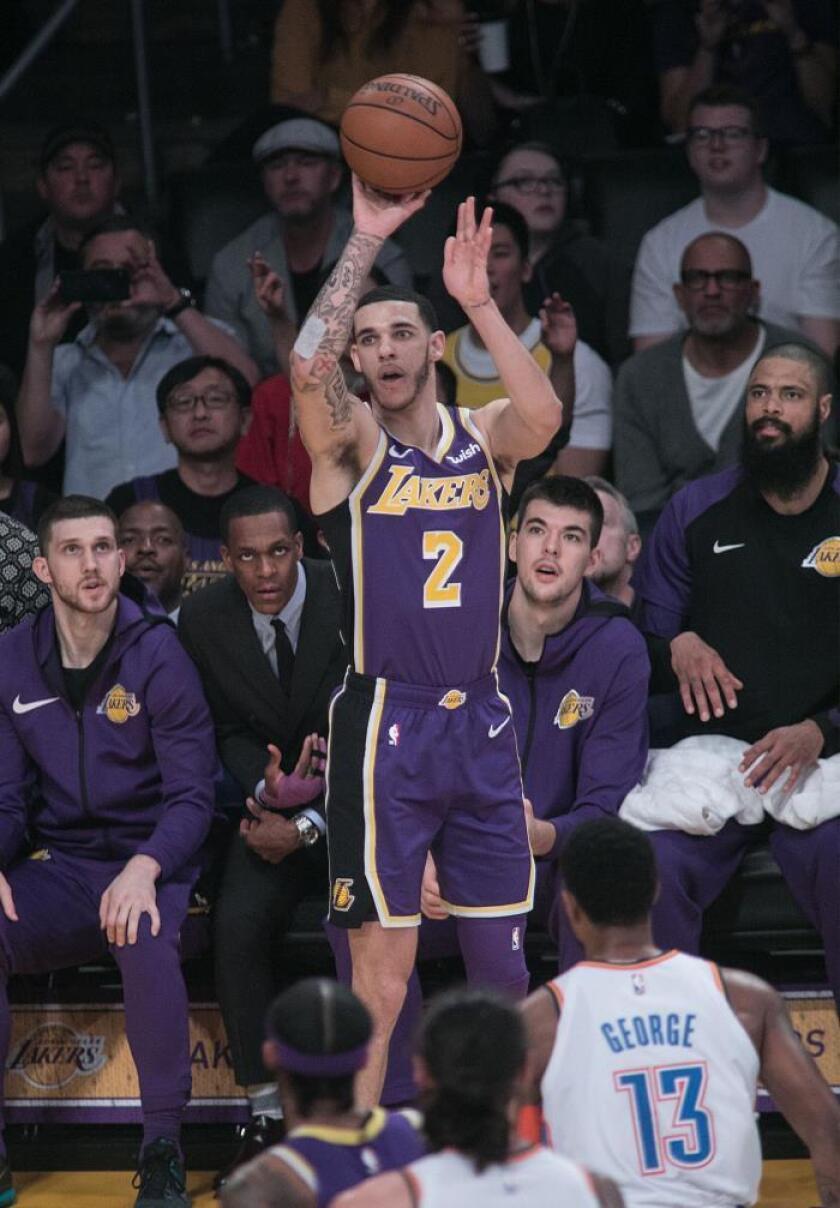 Lonzo Ball de Los Angeles Lakers durante un partido de la NBA. EFE/Archivo