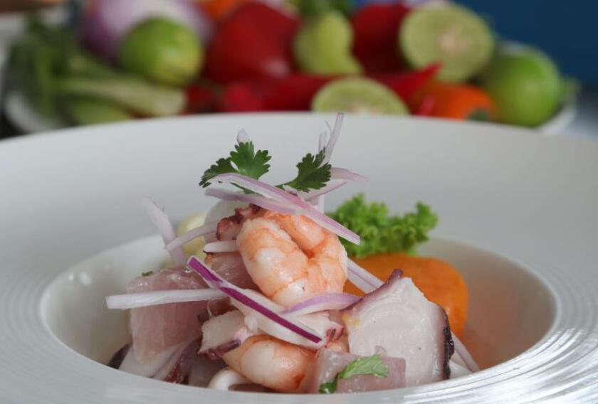 """Registro de un plato de cebiche """"mixto"""" peruano, elaborado con mariscos, en Lima (Perú). EFE"""