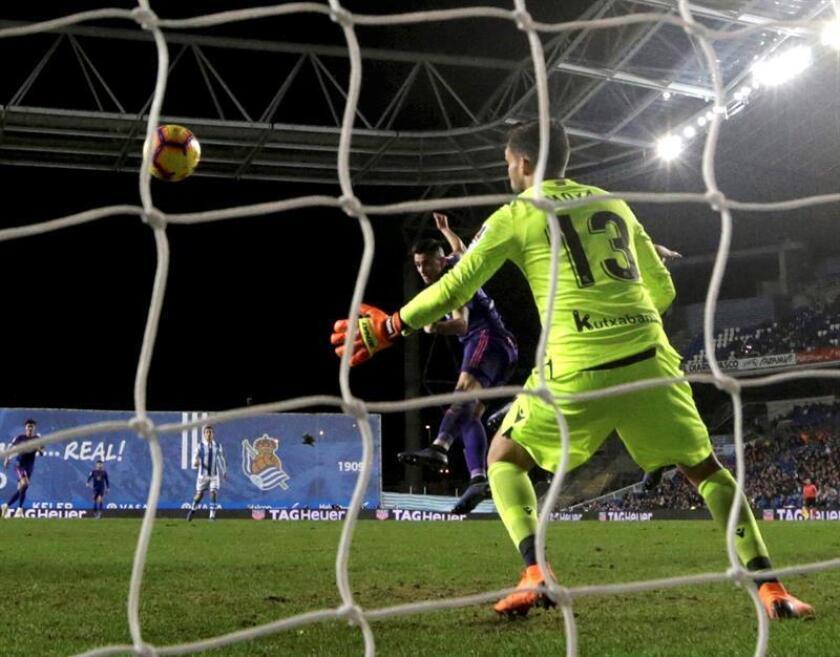 El delantero uruguayo del Celta de Vigo, Maxi Gómez (i), cabecea un balón ante el guardameta de la Real Sociedad, Miguel Ángel Moyá, consiguiendo el primer y único gol del equipo gallego, durante el partido de la jornada 13 de la Liga de Primera División disputado hoy en el estadio de Anoeta de San Sebastián. EFE